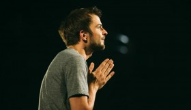 Nils_Frahm_live_at_St_John-at-Hackney_05_by_Tracy_Morter